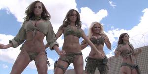 Video Model Seksi Berbikini Menyerbu Pangkalan Militer Amerika