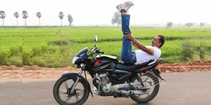 Aksi Yoga di Atas Motor Gugulothu Lachiram