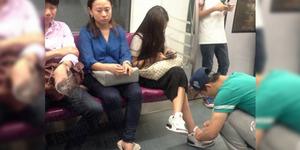 Heboh Foto Pria Seperti 'Budak' Pasang Tali Sepatu Pacar