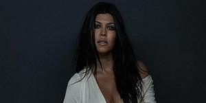 Giliran Kourtney Kardashian Bugil Pamer Perut Hamil