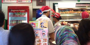 Heboh Karyawan Muslim KFC Pakai Atribut Natal