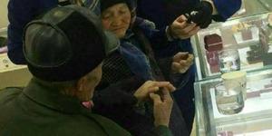 Pemulung China Nabung 50 Tahun Belikan Istri Cincin Berlian