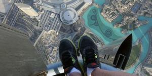 Fotografer Inggris Nekat Foto Selfie Dari Ketinggian 830 Meter
