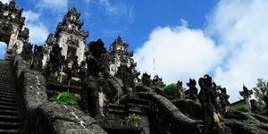 Warga Bali Minta 2 Bule Pelaku Kencingi Pura Dideportasi