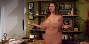 Kelly Brook Bugil di Trailer Serial One Big Happy