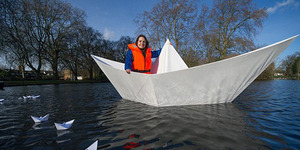 Perahu Kertas Raksasa Sukses Berlayar di Danau London