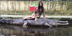 Foto Raline Shah Nekat Duduk di Atas Buaya