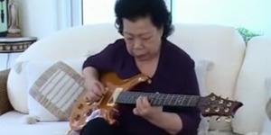 Heboh Aksi Keren Nenek Main Gitar Blues