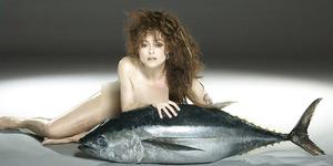 Helena Bonham Carter Bugil Bareng Ikan Tuna Raksasa
