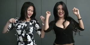 Duo Serigala Goyang Drible Hot di Video Klip Abang Goda
