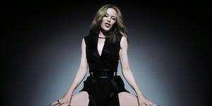 Kylie Minogue Pakai Gaun Indonesia di Video Klip 'Right Here, Right Now'