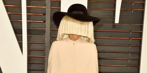 Lagi, Sia Tutupi Wajah di Pesta Vanity Fair Oscar