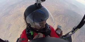 Lamaran Keren Sambil Terjun Payung Ketinggian 3.000 Meter