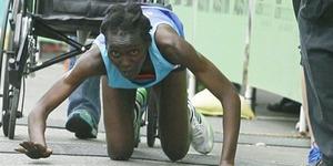 Pantang Menyerah, Pelari Maraton Merangkak Sampai Finis