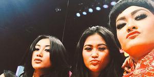 Hot! Foto Selfie Julia Perez Bareng Duo Serigala