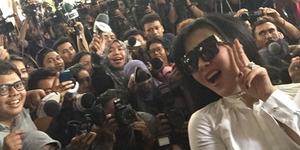 Foto Selfie Manja Syahrini Bareng Wartawan di Mabes Polri