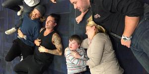 Maroon 5 Rela Tidur di Lantai Demi Bocah Down Syndrome