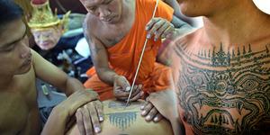 Ribuan Umat Buddha Berebut Tato Suci Sak Yant
