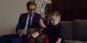 Robert Downey Jr Beri Tangan Iron Man ke Anak Cacat
