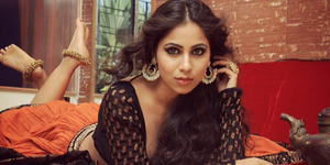 Veebha Anand Pose Hot Sambil Pamer Dada Seksi