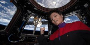 Foto Selfie Keren: Astronot Pakai Seragam Star Trek