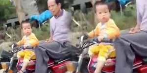 Balita 2 Tahun Bawa Motor Kopling, Kakek Didamprat Polisi