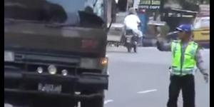 Heboh, Video Pria Berseragam Polisi Terima 'Salam Tempel'