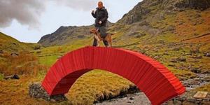 Seniman Inggris Bikin Jembatan Kokoh dari Kertas