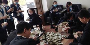 Wanita China Beli BMW Rp 1,9 M Pakai Uang Receh 100 Kg