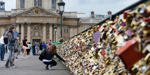Paris Buang Gembok Cinta Sebab Bikin Jembatan Ambruk