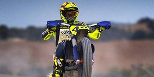 Aksi Valentino Rossi Standing Pakai Trail