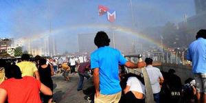 Berkat Meriam Air Polisi, Muncul Pelangi di Demo Gay Istanbul