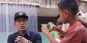 Dikira Difoto, Ridwan Kamil Malah Dicueki Bocah Main 'COC'