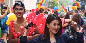 Heboh Foto Aming Nyaris Bugil Ikut Parade Gay di New York