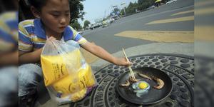 Panas Ekstrem Tiongkok, Warga Goreng Telur di Jalan