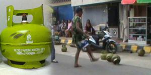 Protes Elpiji Naik, Ibu-ibu Sepak Bola Pakai Tabung Gas
