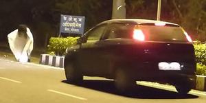 Iseng Jadi Hantu, Pria India Ditabrak Mobil Hingga Berdarah-darah