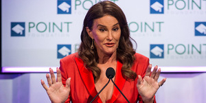 Caitlyn Jenner Pamer Bra & Belahan Dada Seksi di Voices on Point