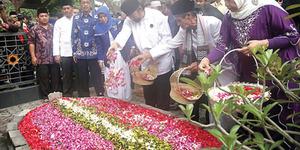 Ritual 'Nyekar' & Menyiram Air di Kuburan Bukan dari Arab