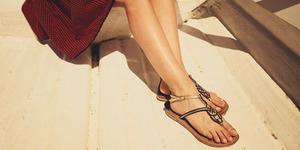5 Cara Tampil Gaya Dengan Sandal Jepit