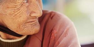 Demi Bertemu Anak, Nenek Tak Punya Ongkos Nekat Merangkak
