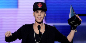 Justin Bieber Kalahkan The Beatles Raih Rekor Billboard