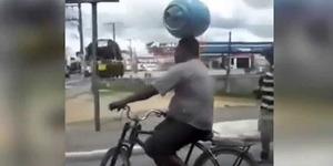 Waduh, Pria Ini Bersepeda Sambil Bawa Tabung Gas di Kepala
