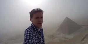 Aksi Gila Pelancong Jerman Panjat Piramida di Mesir