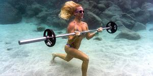 Foto Kathryn Brown Lakukan Olahraga Di Dasar Laut