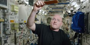 Keren, Astronot Main Ping Pong di Antariksa Pakai Bola Air