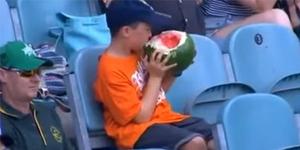 Makan Semangka Utuh Saat Nonton Kriket, Mitch Jadi Populer