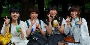 Arti dan Asal-Usul Gaya 'Peace' Orang Jepang