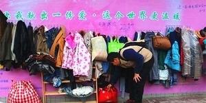 Bantu Tunawisma, Warga China Gantung Baju Hangat di Tembok Jalan