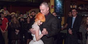 Foto Hayley Williams-Chad Gilbert Ciuman Mesra Usai Menikah